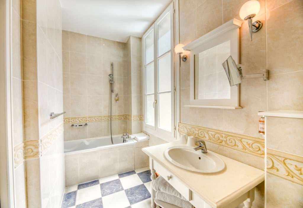 Hotel Comedie Luxury rooms bathtub