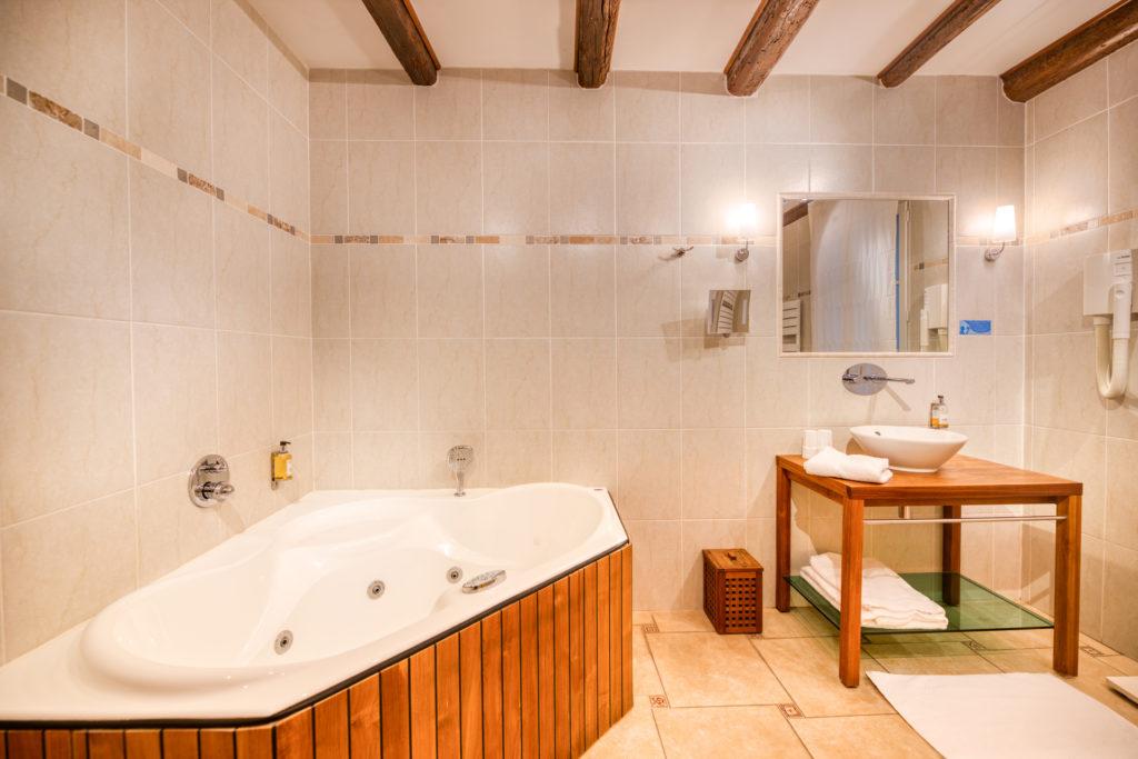 Chambre baignoire Balnéo bain à remous Hôtel Comédie